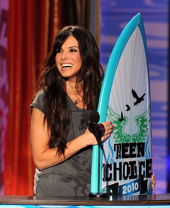Sandra Bullock And Betty White Dance-Off At Teen Choice Awards.