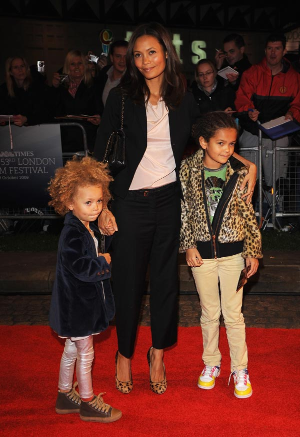 Thandie Newton Shows Off Beautiful Curly Hair To Be An Afro Role Model For Her Girls Foto