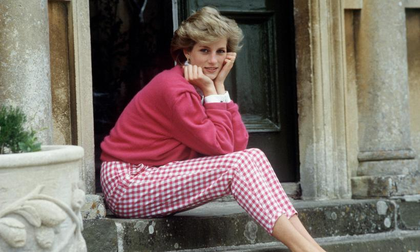princess-diana-sitting-on-steps