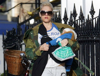 Gwen and Kingston take a stroll through London