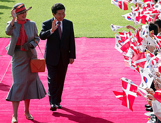 Exuberant welcome to Korea for Queen Margrethe