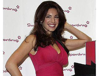 "Kelly Brook launches ""sexy"" scent"