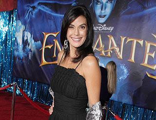 Teri Hatcher looks enchanting on red carpet