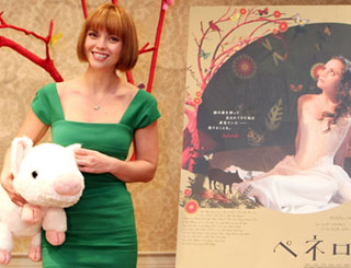 Christina Ricci and pig promote Penelope in Japan