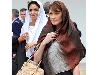 Carla covers up for mosque visit in Tunisia