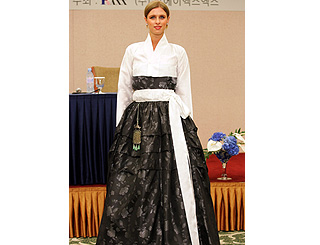 Nicky Hilton presents own fashion range in Seoul