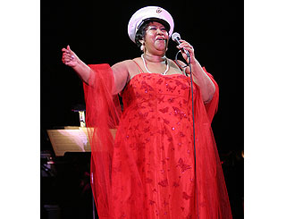 Aretha shows respect for war heroes