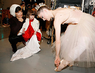 Katie treats little Suri to ballet performance