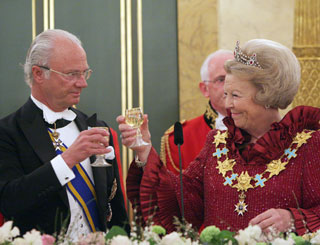 Warm welcome for Swedish royals on visit to Queen Beatrix