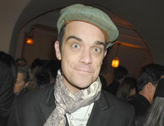 Robbie Williams makes fruity blooper over Apple's name
