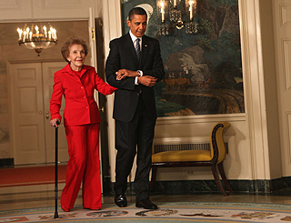 Mr Obama welcomes Nancy Reagan back to the White House