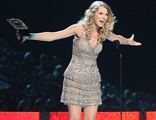 Taylor Swift continues winning streak at US country awards