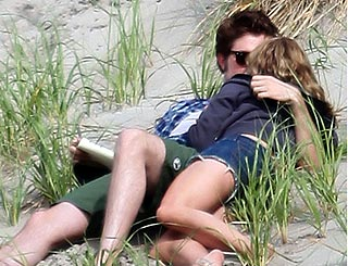 Robert Pattinson seen kissing blonde babe on Big Apple beach