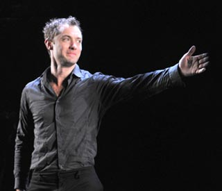 New dad Jude Law's 'Hamlet' is the toast of Broadway