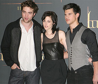 Robert Pattinson thanks fans for New Moon success