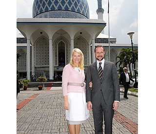 Norwegian royals marvel at Malaysian architecture