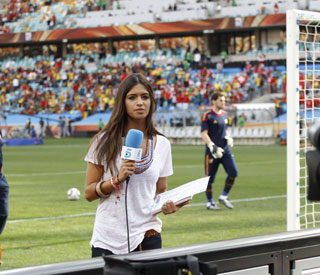 Spanish WAG under fire for distracting goalkeeper love