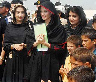 Angelina Jolie meets with Pakistani flood victims