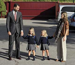 Back to school for Spain's princesses Leonor and Sofia