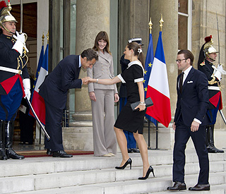 Nicolas Sarkozy's gallant welcome for Victoria