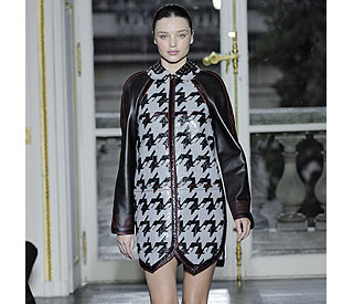 Five-months-pregnant Miranda Kerr stunning on catwalk