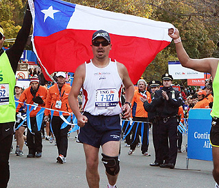 Chilean miner Edison Peña runs New York marathon