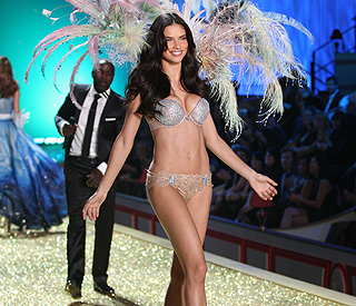 Adriana Lima makes spectacular return to the catwalk