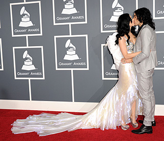 A kiss for my angel: Russell and Katy's show of unity