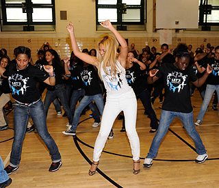 'Bootylicious' Beyonce surprises dance students