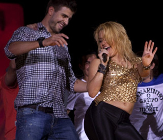 Shakira's footie love joins her in impromptu dance