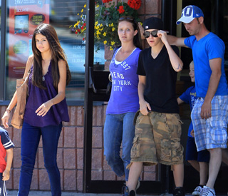 Selena meets the family in Justin's hometown