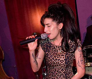 Amy Winehouse cancels festivals after 'disastrous' gig