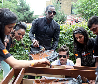 Diddy goes back to painter roots during volunteer work