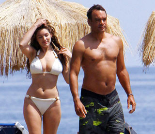 Bikini babe Kelly Brook shows off va-va-voom curves