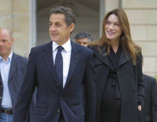 Carla Bruni smiling in final stages of pregnancy