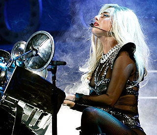 Lady Gaga sings a special tribute to bullied fan