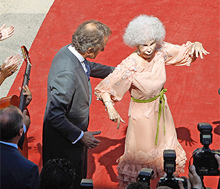 Duchess of Alba dances barefoot after wedding
