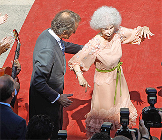 Dancing out for Duchess of Alba after she breaks hip