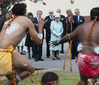 Queen gets a taste of Aboriginal culture in Australia