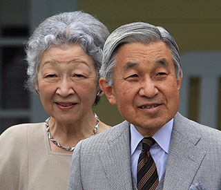 Japan's Emperor Akihito still in hospital with fever