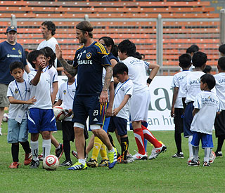 Becks bonds with the street children of Manila