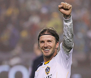 LA Galaxy re-sign David Beckham for two years