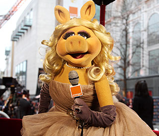 Miss Piggy and Kermit to present at Oscars