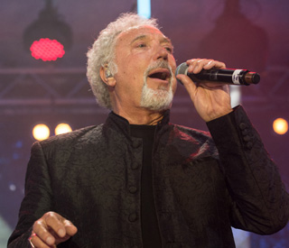 Sir Tom Jones gives pub punters a surprise show
