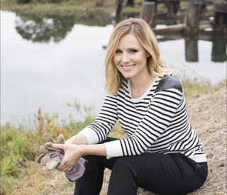 Kristen Bell volunteers at reservoir for campaign