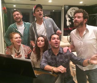 That '70s Show stars reunite for sing-a-long