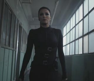 Eva Longoria injures herself doing assassin stunts