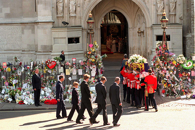 princess-diana-funeral-coffin-enters-westminster-abbey