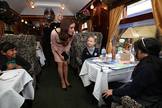 kate-middleton-chatting-to-schoolgirls-on-train