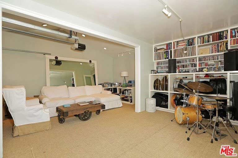 see inside selena gomez 39 s new home in los angeles photo 7. Black Bedroom Furniture Sets. Home Design Ideas